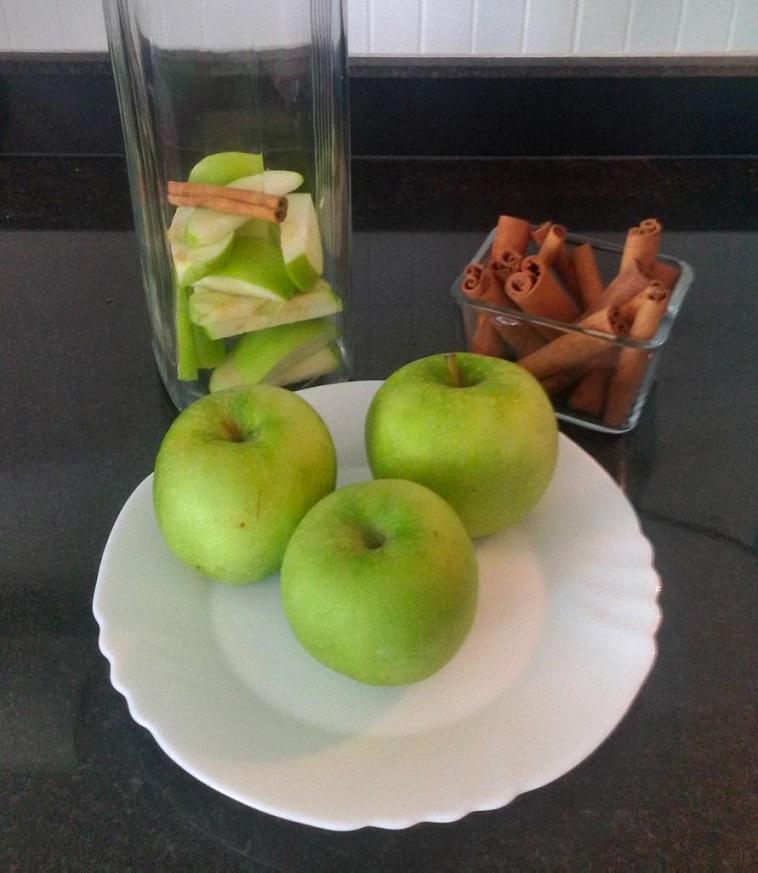 Elma ve tarçınla yapılan detoks suyu